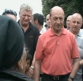 Basescu, unei batrane: Cu 12 copii, nu e in regula sa spui ca nu-ti asiguri batranetea