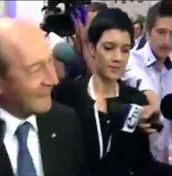 Basescu a fugit de jurnalisti pe holurile Parlamentului, dupa congresul PPE