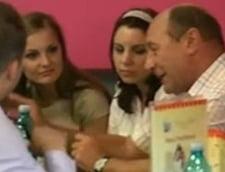 Basescu a monopolizat ziua alegerilor: tur de televiziuni si cafea cu jurnalistii