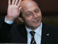 Basescu a petrecut la Neptun si i-a luat trandafiri sotiei (Video)