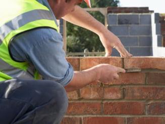 Basescu cere reexaminarea legii privind autorizarea constructiilor