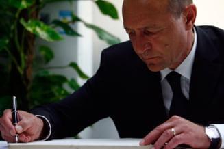 Basescu elibereaza din functie un procuror si un judecator, condamnati pentru mita