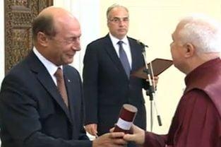 Basescu i-a decorat pe judecatorii CCR: Va multumesc, va sunt dator