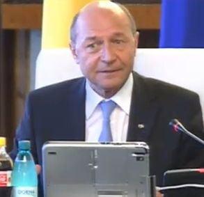 Basescu ii ameninta pe ministri si cere o Romanie cu maximum 8 judete