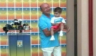 Basescu incepe campania cu un copil in brate, ca-n vremurile bune