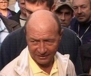 Basescu inspecteaza lucrarile la podul rutier de la Dornesti (Video)