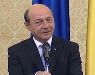 Basescu l-a sarutat pe Boc pe obraji - final cu melodie de dragoste