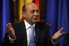 Basescu le-a adus umbrele jurnalistilor