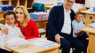 Basescu o critica pe Firea pentru fotografia din clasa: Primarul general, sotul si cu tot alaiul au intrat in scoala. Demagogie politica