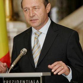 Basescu retrimite in Parlament o lege care majoreaza salariile unor bugetari