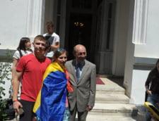 Basescu s-a infratit cu doua fete din R. Moldova: Avem onoarea de a fi surioarele dumneavoastra