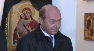 Basescu s-a luat de o jurnalista in biserica: Sunteti analfabeta? (Video)