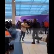 Bataie crancena intre romani pe aeroportul Luton din Londra. Pumni si picioare impartite inaintea intoarcerii in tara VIDEO