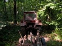Baut si fara permis, conducea un tractor forestier