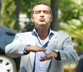 Becali ameninta ca muta Steaua in Italia