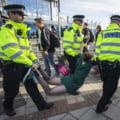 Belgia: 185 de protestatari ecologisti au fost retinuti de politie la salonul auto din Bruxelles