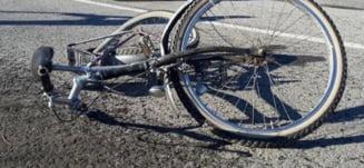 Biciclist luat pe capota unei masini, intr-o intersectie din Timisoara. Greseala pe care a facut-o. Video cu momentul impactului
