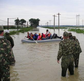 Bilantul Guvernului: 420 de localitati afectate de inundatii si 12.500 persoane evacuate