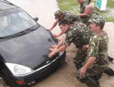 Bilantul inundatiilor: 1.184 persoane evacuate, peste 2.000 case inundate si 83 drumuri afectate