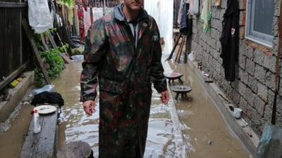 Bilantul inundatiilor din Romania: Doua persoane au fost luate de apa, iar 12 muncitori sunt blocati de cateva zeci de ore intr-un vagon