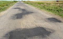 Birocratia forteaza soferii braileni sa dea in gropi. De ce au inceput lucrarile de reparatii pe drumurile judetene abia in toamna