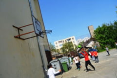 Bloc pe terenul de sport, sute de elevi de la o scoala de traditie raman fara loc in care sa faca Educatia Fizica - GALERIE FOTO