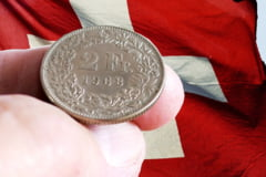 Bloomberg: Francul elvetian scade accentuat, ceea ce e neobisnuit in situatia unui conflict iminent. Oligarhii rusi ar putea fi de vina