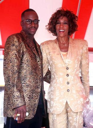 Bobby Brown face bani pe spinarea lui Whitney Houston - Ii dedica o melodie (Video)
