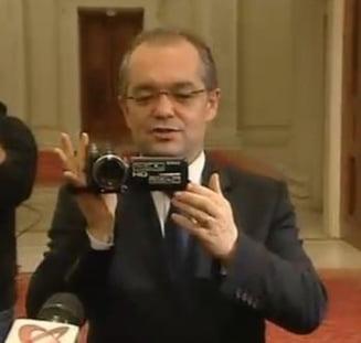 """Boc i-a filmat si i-a """"intervievat"""" pe jurnalistii de la Congres"""