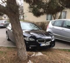 """Bolidului primarului Constantei, parcat """"cu incredere"""" pe spatiile verzi din orasul pe care-l conduce"""