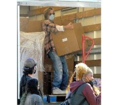 Brad Pitt, surprins facand voluntariat intr-un sarac cartier din Los Angeles