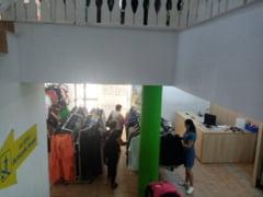 """Brand-uri fancy pe bani putini in Sibiu: """"Clientii vin special pentru Versace sau Calvin Klein"""""""