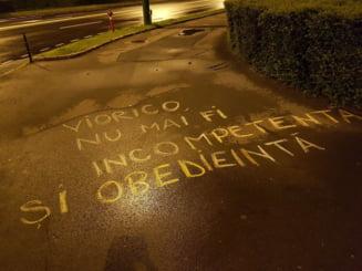 Brasoveanul care a scris mesaje antiPSD cu creta pe asfalt a fost amendat
