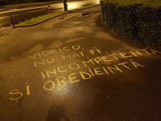 Brasovul incepe alta forma de protest, cu creta pe asfalt: Viorico, nu ceda! E in joc si pielea ta! Partidul Salvati Detinutii (Galerie foto)