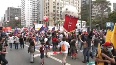 """Brazilienii au protestat în peste 60 de orașe ale țării cerând demisia președintelui, pe fondul creșterii prețurilor: """"Bolsonaro, afară!"""" VIDEO"""