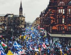 Brexit: Mars pentru independenta in Scotia; Irlanda de Nord a ales mai multi deputati republicani decat unionisti