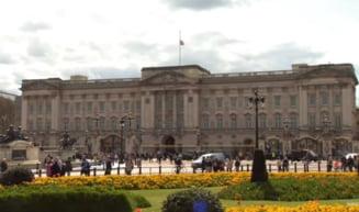 Britanicii il omagiaza pe printul Philip la Palatul Buckingham si la Castelul Windsor. Buchete de flori si mesaje de condoleante depuse in fata portilor VIDEO