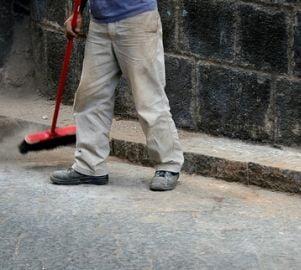 Bucurestenii, obligati sa spele trotuarul din fata casei zilnic