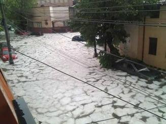 Bucurestiul, dupa o ploaie de mai: Imagini de cosmar cu torente si sloiuri de gheata (Foto & Video)
