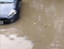 Bucurestiul a devenit Mica Venetie: Ca sa ajunga la munca, oamenii au mers prin apa pana la genunchi (Foto&Video)