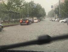 Bucurestiul a devenit Mica Venetie: Strazi pline de apa si pasaje blocate. Un barbat a inotat pe bulevard (Foto&Video)
