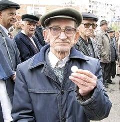 Bugetarii si pensionarii, marii perdanti ai anului 2011 - sondaj IRES