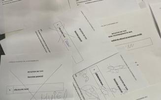 Buletine cu obscenități la Congresul PNL. Penisuri desenate în căsuțele alocate votării și injurii vulgare adresate unui candidat