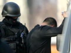 Bunuri de lux confiscate de politisti de la rromii din Sintesti - 27 de masini, aur si mii de euro