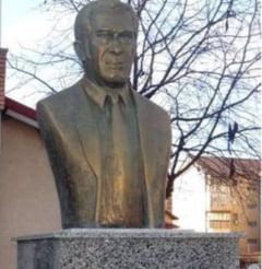 Bustul lui Sergiu Nicolaescu nu seamana cu regizorul: Localnicii credeau ca e statuia vreunui cantaret