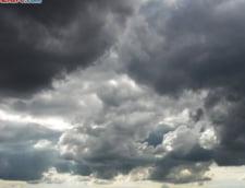 Buzau: Mai multe persoane care se plimbau cu hidrobicicleta pe lacul Balta Alba au fost surprinse de furtuna