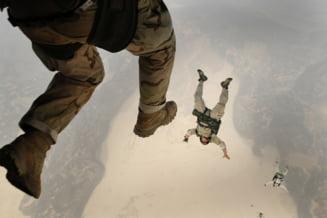 Buzau: Un militar american s-a ranit cand s-a parasutat intr-un lan de porumb