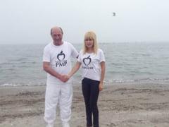 CCR a decis - Basescu, liber la tricouri. PSD si PNL reactioneaza: Presedintele e imoral, incalca Constitutia