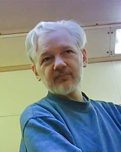 CIA l-ar fi spionat pe Assange in toaleta pentru femei
