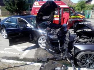 CLUJ: Neatentia costa! Un sofer neatent a cauzat un accident in timp ce incerca sa parcheze. O persoana a fost ranita FOTO